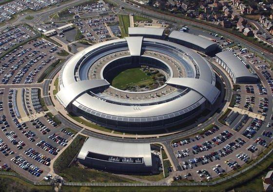 Hauptquartier des Government Communications Headquarters (GCHQ) im englischen Cheltenham: Die Geheimdienste fünf westlicher Staaten unter Führung der USA verwenden nach einem Bericht des Fachportals heise online umfassend Werkzeuge und Angriffsmethoden, die sonst im Internet von Cyberkriminellen eingesetzt werden.