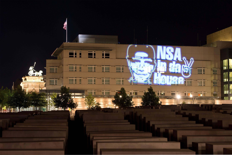 Den Schriftzug NSA in da House und das stilisierte Victory-Zeichen hat der Düsseldorfer Lichtkünstler Oliver Bienkowski im Juli 2014 auf die US-Botschaft in Berlin projiziert. Auch der US-Geheimdienst NSA soll Teil des Zusammenschlusses Five Eyes sein.