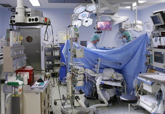 Von der neuen Hygienemaßnahme besonders profitieren könnten Operationssäle der Krankenhäuser. Silbersalze könnten Stoffe und Kleidung über einen langen Zeitraum von Bakterien befreien.