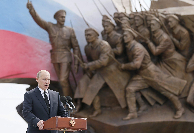Russlands Präsident Wladimir Putin vor einem Heldendenkmal in Moskau: Putin will die Sanktionen der EU gegen Russland wegen der Ukraine-Krise mit Sanktionen gegen westliche Firmen kontern.