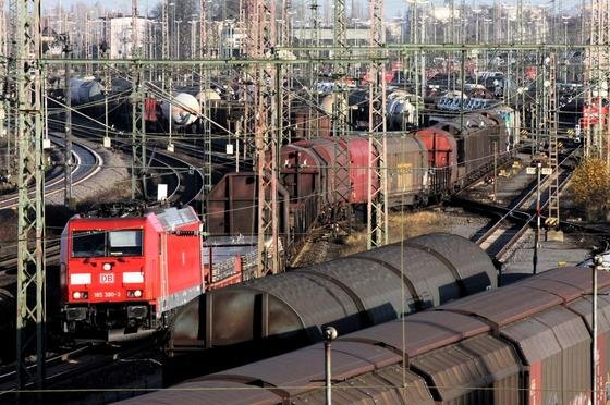Güterzüge im Rangierbahnhof Seelze bei Hannover: Forscher arbeiten in einem große EU-Projekt an Sensorsystemen, die die Zusammensetzung von Zügen drahtlosenerfassen. Bislang erfolgt das über Kabelsysteme, die aber störanfällig sind.