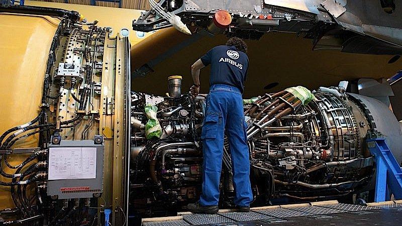 Ein Airbus-Arbeiter installiert das Triebwerk des neuen Jets A330. Auf die Maschine bietet der Flugzeugbauer Fluggesellschaften derzeit einen Preisnachlass von 25 Prozent.
