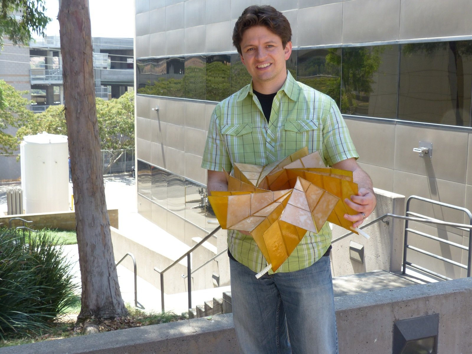 NASA-Forscher Brian Trease hat die Papierfalttechniken aus der alten japanischen Origami-Kunst mit Hilfe von Kollegen auf das steifere Material der Solarzellen übertragen.