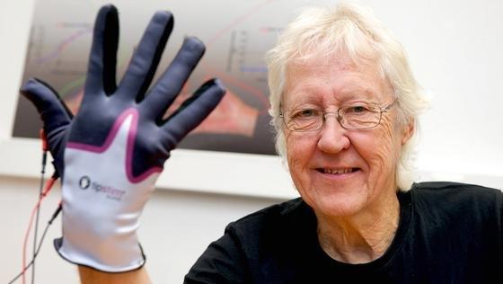 Passive Stimulation mit dem Sensor-Handschuh verbessert nicht nur den Tastsinn der Fingersondern auch die Sinnesleistungen der Wangen und Lippen im Gesicht.