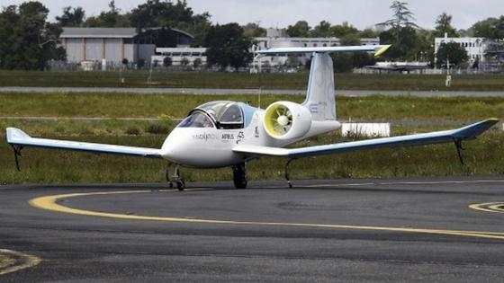 Der E-Fan 2.0 von Airbus: Im Jahr 2017 soll der Elektroflieger in Serienproduktion gehen. Airbus-Tochtergesellschaft Voltair will zunächst 80 Maschinen pro Jahr produzieren.