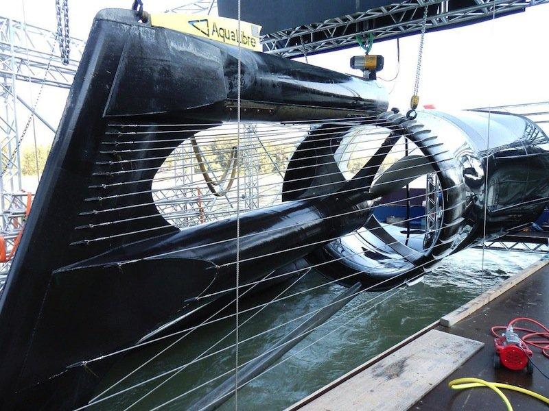 Ein selbstreinigender Rechen aus Stahlseilen schützt den Einlauf und den Rotor der Strom-Boje vor Treibgut. Gleichzeitig dient er Schwimmern und Sportbooten als Schutz vor einer Berührung mit dem Rotor. Foto: Aqua Libre