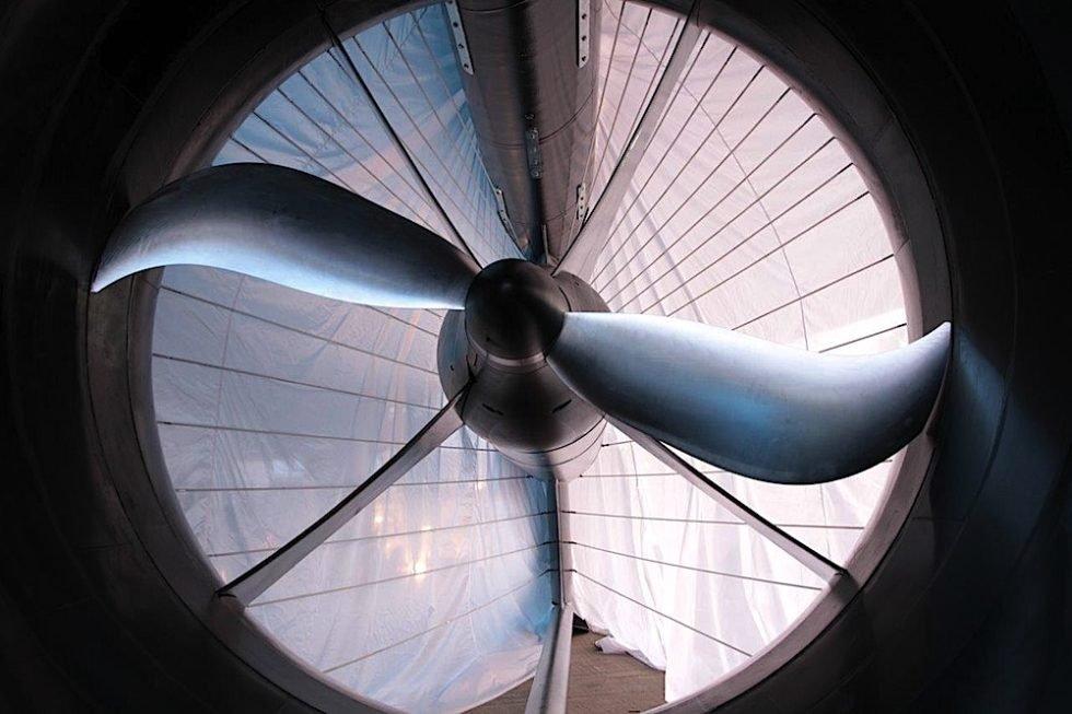 2,5 Meter im Durchmesser ist der Rotor der Strom-Boje, der sich nur 50 bis 120 Mal in der Minute dreht. Dadurch können Fische gefahrlos mitten durch die Boje schwimmen. Foto: Aqua Libre