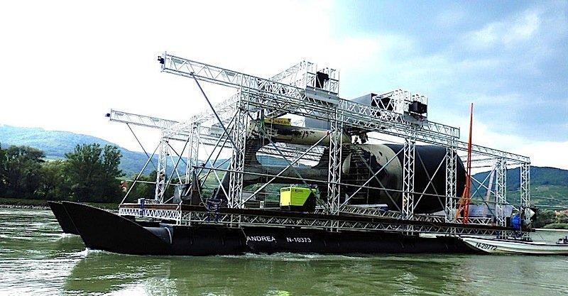 Mit diesem umgebauten Katamaran kann die Firma bis zu 100 Strom-Bojen im Jahr warten.
