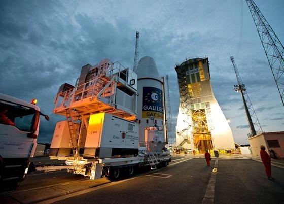Transport der Galileo-Satelliten zur Trägerrakete Sojus: Sie wird die beiden Satelliten am Donnerstag vom Europäischen Weltraumbahnhof in Kourouin ihre Umlaufbahn bringen.