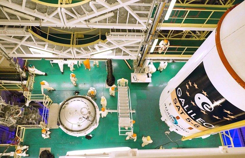 Ingenieure verladen die beiden Galileo-Satelliten 5 und 6, die mit einer Sojus-Rakete ins All gebracht werden.