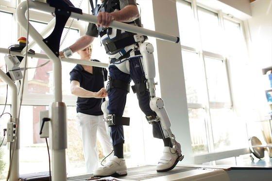 Bewegungstraining mit dem Roboteranzug HAL:Bei einem 34-jährigen Querschnittsgelähmten konnte damit ein großer Erfolg erzielt werden. Er kann heute mit Hilfe von zwei Unterarmstützen wieder selbstständig gehen.