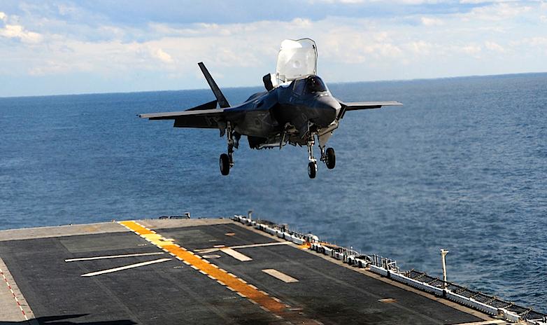Senkrechtstarten ist bislang eine Domäne der Düsenjets, etwa der F-35B, die hier im Bild auf einem US-Flugzeugträger landet.
