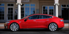 Besitzer startet Elektroauto Tesla S mit Smartphone-App