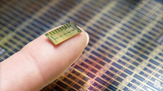 Der Mikrochip der MIT-Forscher:Strom aus einer Batterie sorgt dafür, dass ein Verschlusssiegel aus Titan und Platin schmilzt und das Hormon aus einer Kammer austritt.