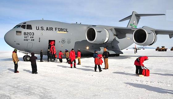 Mit einer Boeing C-17 erreichen die Forscher die US-amerikanische McMurdo-Station, die mit 85 Gebäuden größte Forschungs- und Logistikstation in der Antarktis.