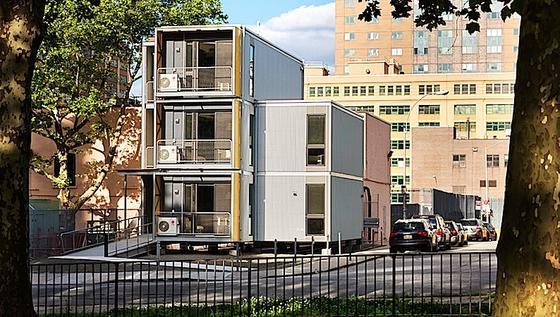 Die Notunterkünfte bieten obdachlosen Familien einigen Komfort: Es gibt einen kleinen Balkon, Elektrizität, eine Wohn- und Küchenausstattung und sogar eine Klimaanlage.