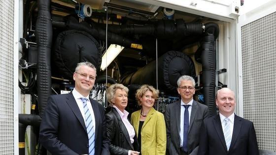 Eröffnung der Strom-zu-Gas Anlage in Frankfurt: Inmitten der Mainova-Mitarbeiter stehenHessens Wirtschaftsminister Tarek Al-Wazir (Zweiter von rechts) undseine rheinland-pfälzische Amtskollegin Eveline Lemke.