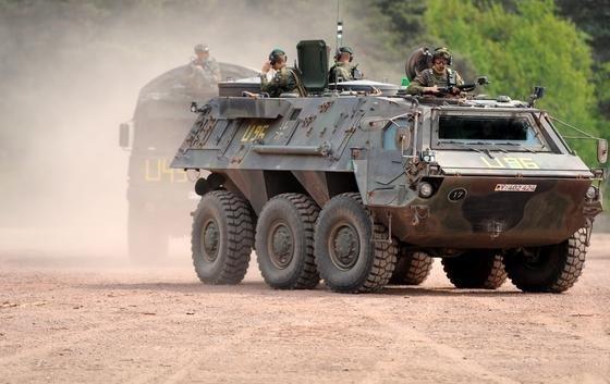 Der Fuchs Radpanzer besteht aus einer geschweißten Panzerwanne mit einem Kriechtunnel. Als Schutz vor ABC-Waffen ist zudem eine Belüftungsanlage installiert.