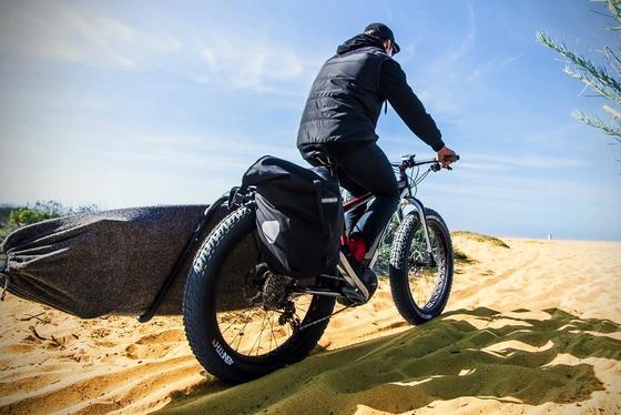Fahrräder mit Elektroantrieb ermöglichen ganz neue Konzepte wie das Fatbike: Die Reifen sind 4 Zoll breit und pflügen selbst durch tiefen Schnee und weichen Sand am Strand. Dabei hilft ein Mittelmotor von Bosch. DasLebowsk-e von Felt hat auf der Eurobike Premiere.