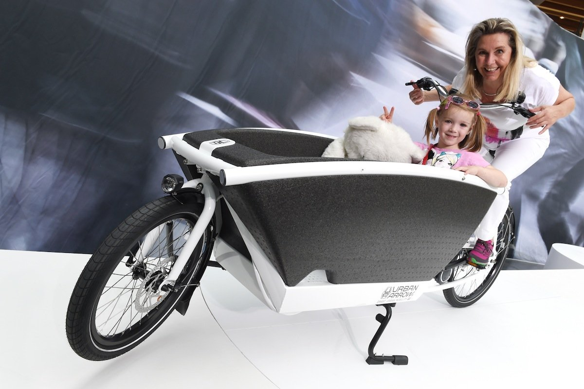 Mama-Taxi mal ganz anders: Das Urban Arrow transportiert Kinder sicher und trocken und kann mit Regenschutz oder Fliegennetz ausgestattet werden. Natürlich hat auch dieses Rad einen Elektroantrieb.
