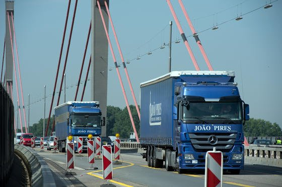 Schwere Lastwagen fahren täglich über die die Rheinbrücke der Autobahn 1 zwischen Leverkusen und Köln. Bis zu 1000 Lkw-Fahrer täglich missachten nach Polizeiangaben das Fahrverbot. Die Brücke ist so marode, dass jetzt die Betonwände links und rechts der Fahrbahn abgebaut werden, um die Brücke 500 Tonnen leichter zu machen.