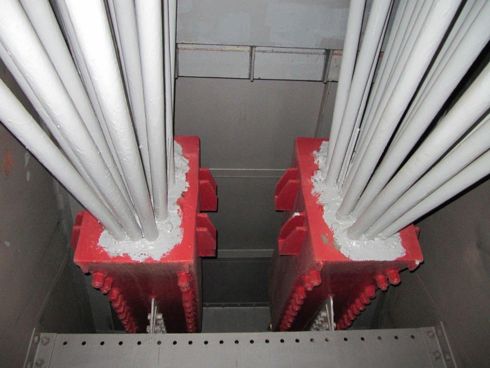 Blick in eine Seilkammer der Leverkusener Autobahnbrücke: Die Risse in den Stahlseilen vergrößern sich schnell, sind für das Auge wegen der Lackierung allerdings unsichtbar.Schweißnähte halten nicht mehr, deshalb werden nun Winkel verschraubt, um die Seile zu stabilisieren.