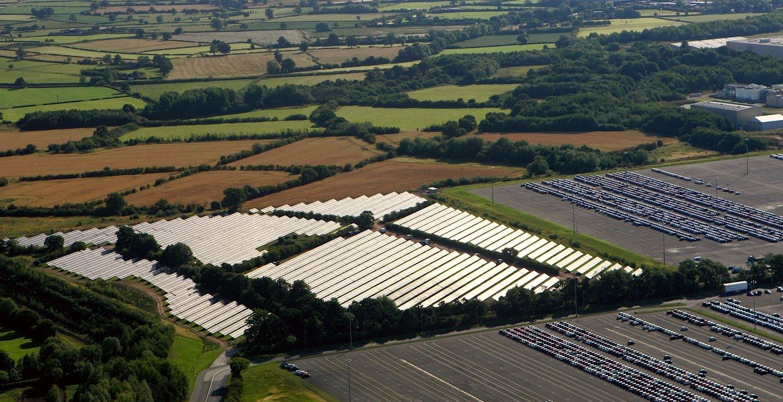 Fast 13.000 Solarmodule hat Toyota auf der Fläche von acht Fußballplätzen neben dem Motorenwerk inDeeside installiert. Die Anlage erreicht eine Leistung von 3,45 Megawatt.