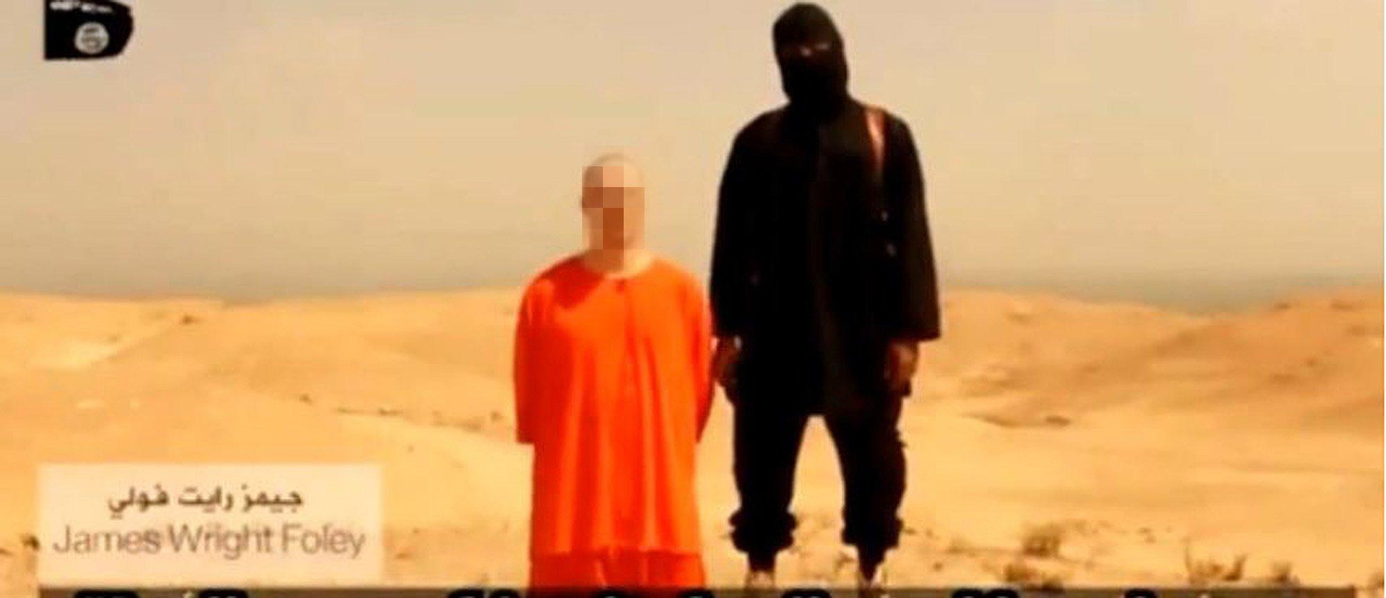 Screenshot eines Videos, das von der Terrormiliz Islamischer Staat (IS) aufgenommen worden sein soll und angeblich die Enthauptung des US-Fotografen James Foley zeigt. Der BloggerEliot Higgins konnte durch Auswertung des Bildhintergrundes und der Kombination mit Daten von Google Earth, Twitter undPanoramio herausfinden, wo die Hinrichtung stattgefunden hat.