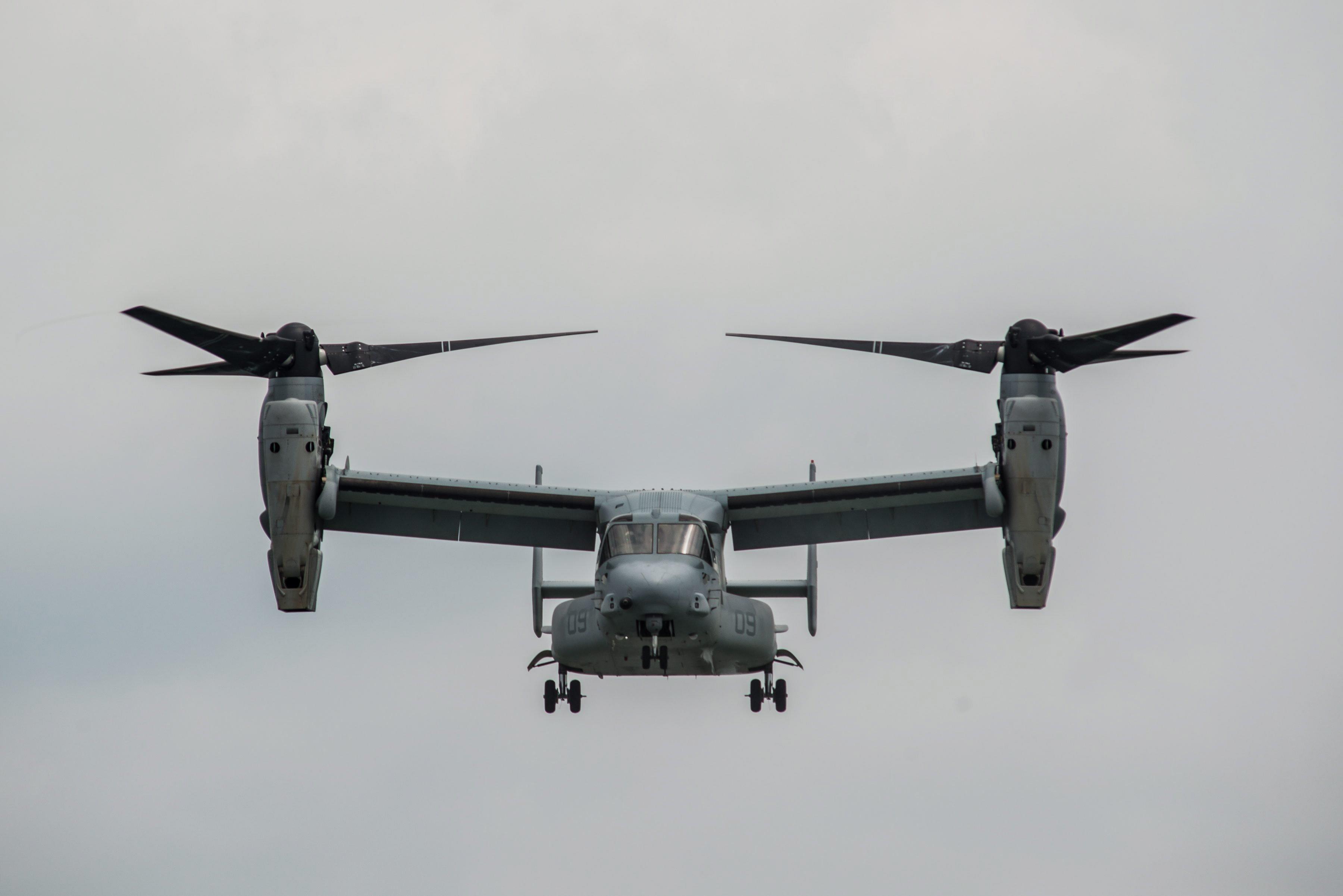 Die Bell Boeing MV-22B Osprey bei der Singapore Airshow im Februar 2014. Die US Army benutzt den Kippflügler, umSoldaten und Ausrüstung über längere Strecken schnell zu befördern.