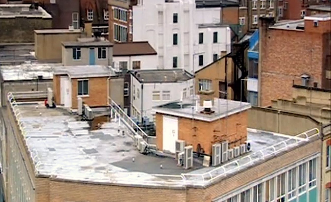 Vor allem Flachdächer eignen sich, um dort ein vorgefertigtes Satteldach samt Wohn- und Büroflächen aufzusetzen.