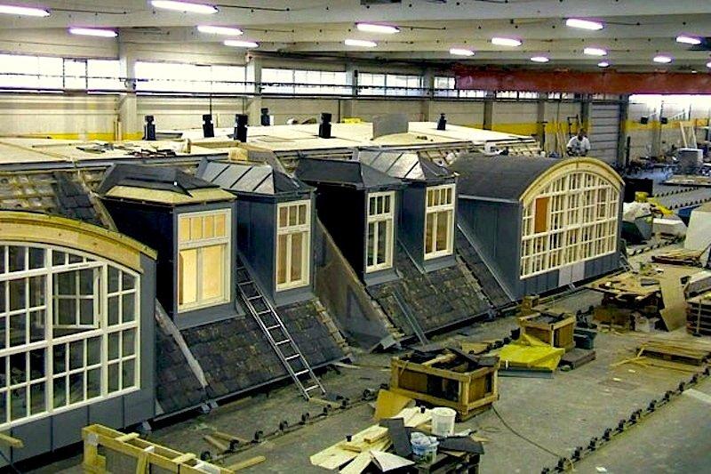 Vormontiertes Dach in der Montagehalle von First Penthouse: Um Bauzeit zu sparen, werden die ein- bis zweigeschossigen Dachwohnungen in einer Halle vormontiert und später scheibchenweise mit einem Kran auf das Dach des Hauses aufgesetzt.