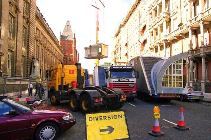 Die Sperrung der Straßen ist nur kurzfristig: Gewöhnlich dauert die Montage eines kompletten Daches nur zwei bis drei Wochen.