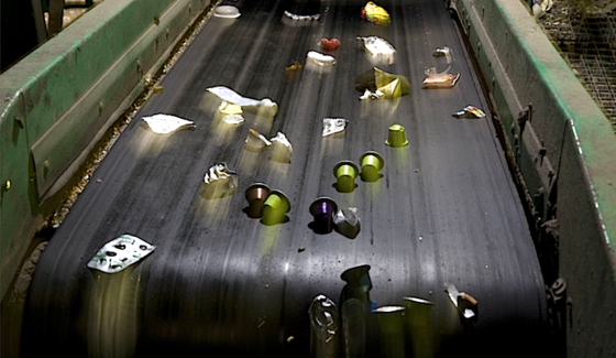 Plastikmüll auf dem Sortierband: Jedes Jahr fallen in Deutschland rund1,3 Millionen Tonnen an.