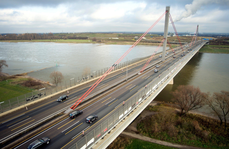 1965 gingen Ingenieure davon aus, dass täglich 40.000 Autos über die Rheinbrücke fahren. Heute sind es rund 120.000 – auf diese Belastung reagiert das Bauwerk mit Rissen in den Stahlseilen.