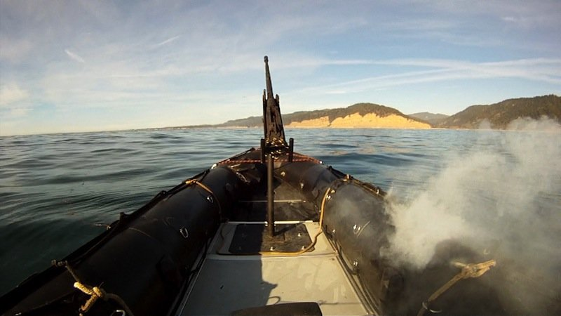 Bei einem Test schmilzt der Laser Adam die Außenhülle eines Schlauchboots.