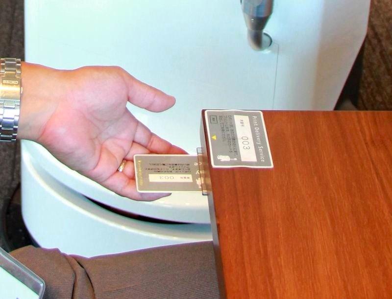 Um sicher zu stellen, dass die Dokumente nicht in falsche Hände geraten, muss sich der Mitarbeiter mit einer Smartcard ausweisen, bevor der Drucker die Dokumente ausdruckt.