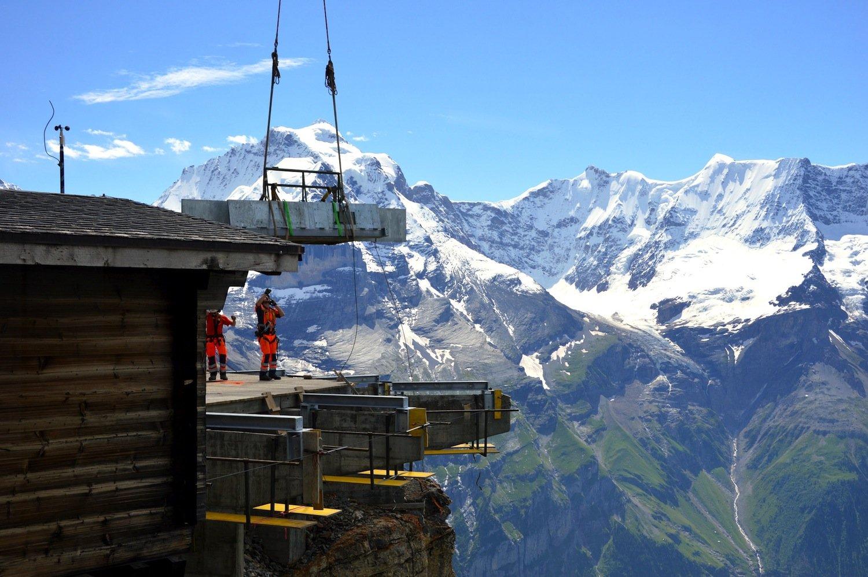 Bau der Plattform Skyline Walk am Schilthorn: Die Stahlkonstruktion ist mit zehnzehn Felsankern am Schilthorn befestigt. Jeder Anker misst sechs Meter und hat eineTragkraft von 72 Tonnen.