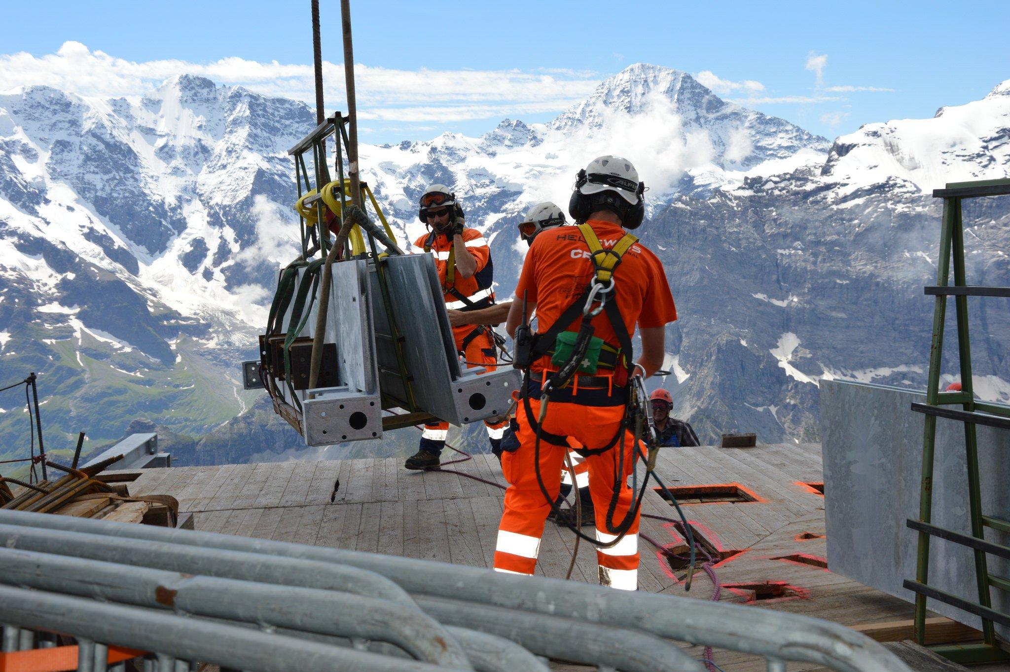 Die Stahlträger für den Skyline Walk am Schilthorn in 2677 Meter Höhebrachten Hubschrauber in Position.