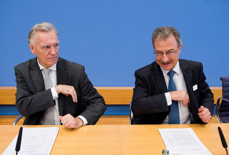 BKA-Präsident Jörg Ziercke (li.) und Dieter Kempf, Präsident des Branchenverbandes BITKOM, stellen am 27. August 2014 bei einer Pressekonferenz in Berlin das neue Lagebild zu Computer- und Internetkriminalität 2013/2014 vor.