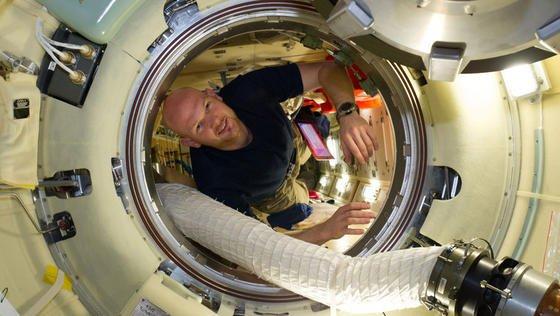 Seit vier Monaten auf der ISS: Der deutsche Astronaut Alexander Gerst forscht nicht nur in der Schwerelosigkeit. Auch seine Knie und die der anderen Besatzungsmitglieder sind zugleich Forschungsgegenstand beim Projekt Cartilage der Kölner Sporthochschule.