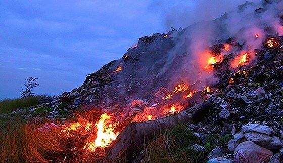 Offenes Müllfeuer auf den Philippinen.