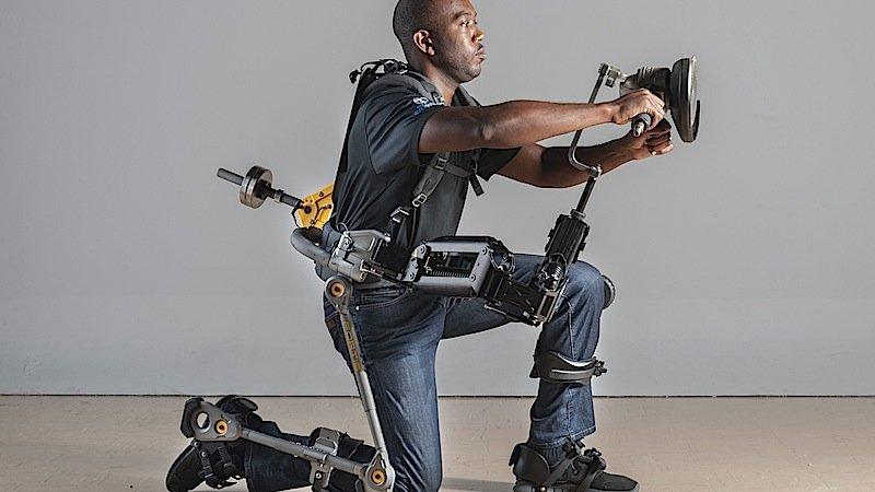 Eine Schleifmaschine in dieser Position zu halten ermüdet schnell. Nicht aber mit Fortis: Das Exoskellet entlastet die Muskeln um 300 Prozent.
