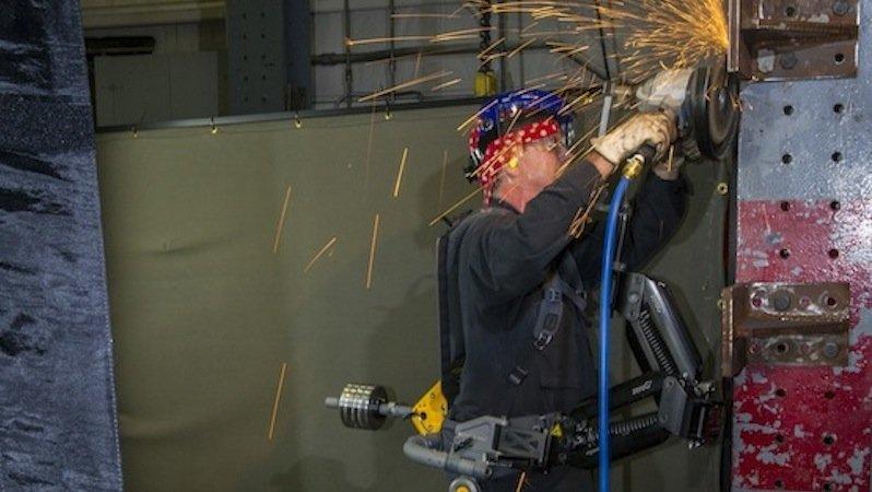 Zwar verzichtet das Exoskelett Fortis auf Motoren. Doch da beispielsweise das Gewicht einer Schleifmaschine über Schienen direkt an den Boden übertragen wird, kann sie der Arbeiter lange Zeit ohne Ermüdung halten.