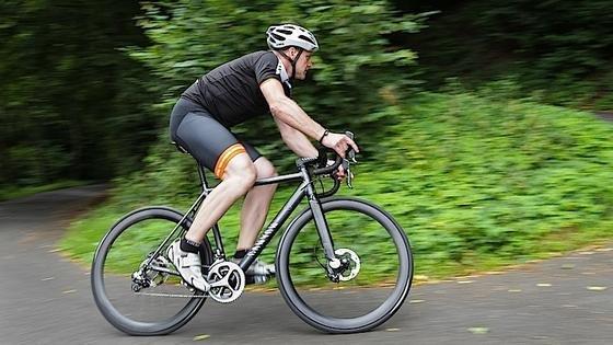 Ehe das Connected Bike in den Handel kommt, sollen es ausgewählte Testfahrer mehrere Monate lang auf Herz und Nieren prüfen. Der Preis ist noch unbekannt.