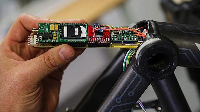 Die Elektronik des Connected Bikes ist im Rahmen versteckt. Die Sensoren registrieren unter anderem die Neigung des Fahrrads und einen abrupten Abfall der Geschwindigkeit.