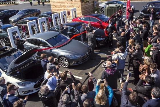 Einweihung einer Tesla-Ladestaton in den USA: Angeblich arbeiten Tesla-Ingenieure an einer Graphenbatterie, die Tesla-Fahrzeugen eine Reichweite von 800 Kilometern ermöglichen soll.
