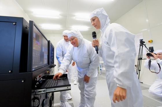 NRW-Wissenschaftsministerin Svenja Schulze (m.) startet die Graphenanlage der Uni Duisburg-Essen, unterstützt von Prof. Gerd Bacher (h.) und Wissenschaftlerin Bilge Bekdüz (v.).