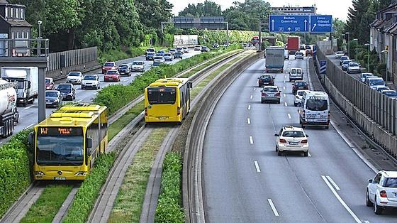 Spurbussystem in Essen: Ähnlich wie Straßenbahnen fahren die Busse in speziellen Betonspuren – unabhängig vom Straßenverkehr. Ab 2015 könnte dem einstigen Verkehrs-Hoffnungsträger der Essener das Ende drohen.