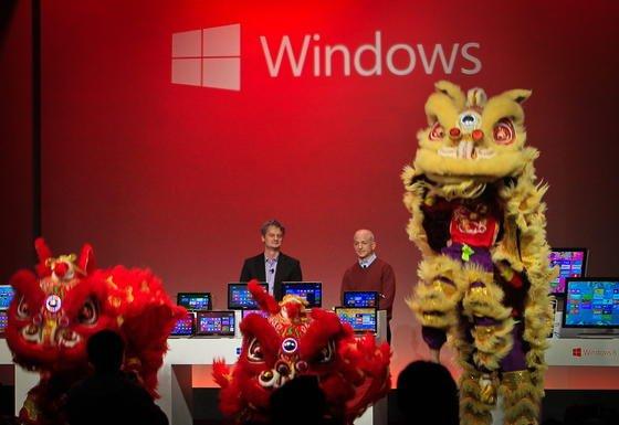 Die Microsoft-Manager Steven Sinofsky, Chef der Windows-Division, und China-Chef Ralph Haupter bei der Vorstellung des Betriebssystems Windows 8 in Shanghai: Jetzt hat Microsoft wieder zahlreiche Probleme mit Software. Ein Windows-Update lässt die Rechner abstürzen, der App-Store ist voller betrügerischer Apps.