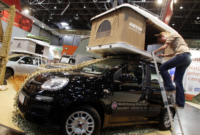 Ungebrochen ist der Trend, auch das eigene Auto zu einer Art Wohnmobil zu machen – wie hier mit einem aufklappbarem Zelt.